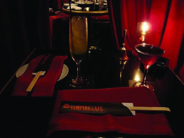 Vampir_tokiyskoe_kafe_v_goticheskom_stile